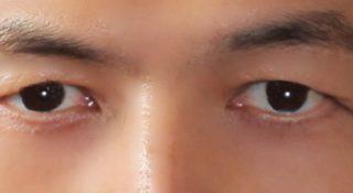優しい目元に修整しました。